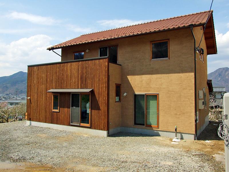 外観:赤茶色の陶器瓦の屋根
