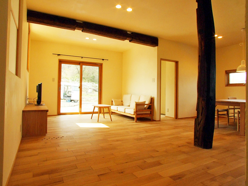 リビング:漆喰の壁、オークの床材