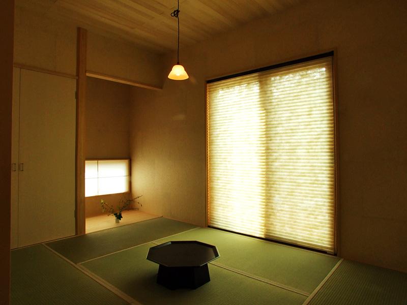 和室:壁には手漉き和紙を市松に